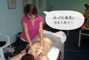 施術されている女性の背中はカッピングの跡です。