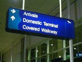 空港送迎の様子、案内表示の例