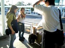 空港送迎の様子、学生寮やホームステイ先まで向かいます