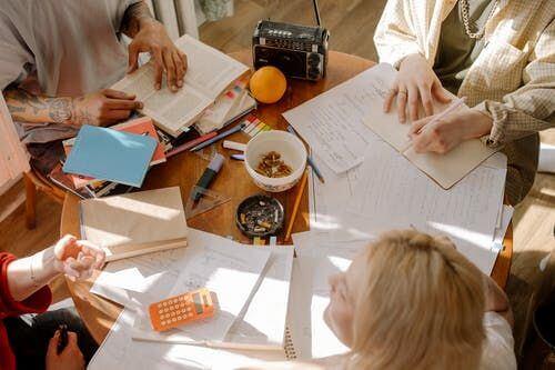 一緒に宿題をしたり、交流することができるもの寮の魅力のひとつ